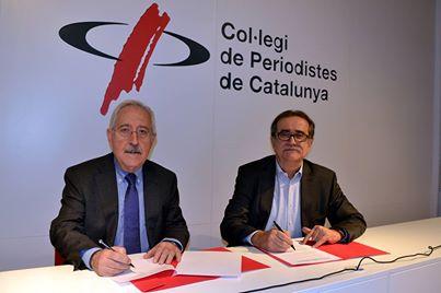 El degà del Col·legi de Periodistes de Catalunya i el president del Consell de la Informació de Catalunya signant el conveni.